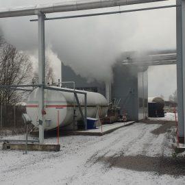 Uusi 2,8 MW höyrykeskus ja entinen öljysäiliö