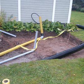 Lämmönsiirtoputkien, kondenssivesiviemärin ja sähköjen asennus pihalle